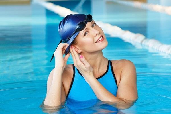 Надевание шапочки для плавания в бассейне