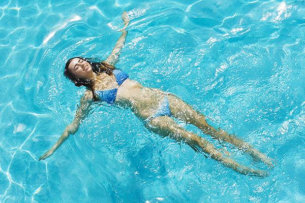 Плавать а бассейне