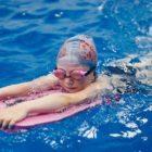 Учиться плавать