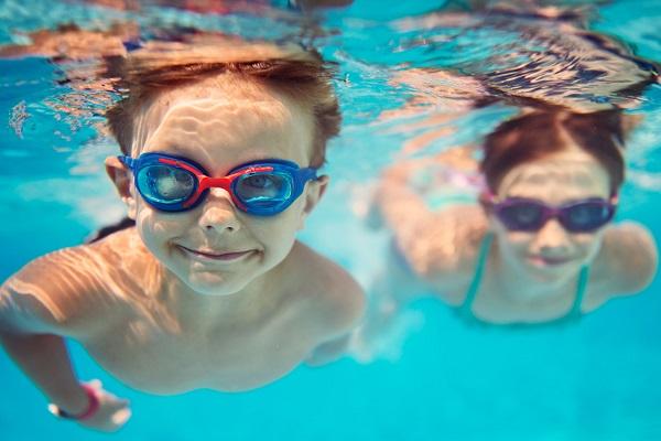 Дети плавают