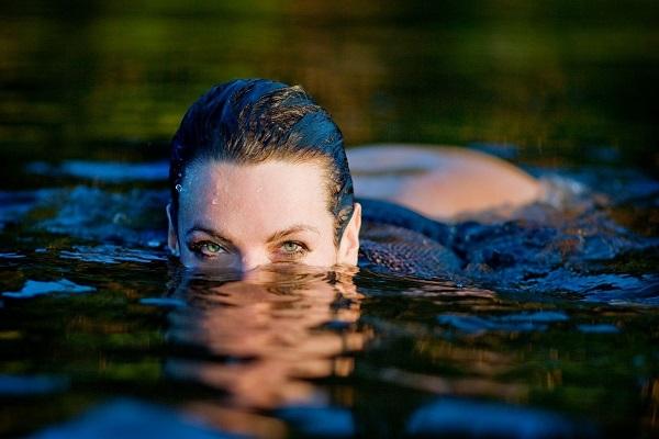 Девушка в пресной воде